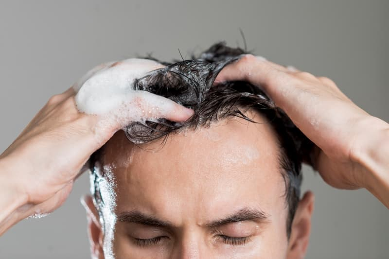 El uso del champú es fundamental en los cuidados capilares masculinos.